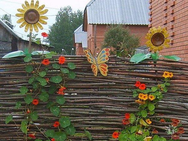 Забор на даче из подручного материала своими руками для
