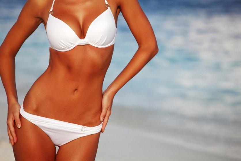 Красивое тело девушки в купальнике